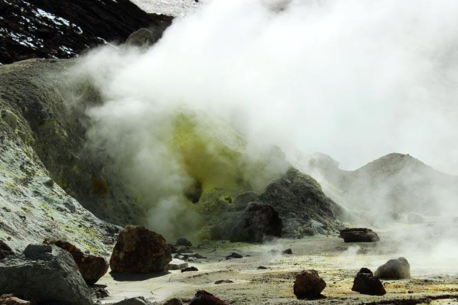 Сера и фумаролы в кратере вулкана Мутновский - туры и экскурсии на Камчатку
