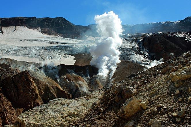 Фумаролы и пар в кратере вулкана Мутновский - туры и экскурсии на Камчатку