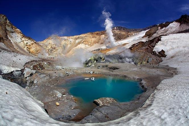 Озеро в кратере вулкана Мутновский - туры и экскурсии на камчатке