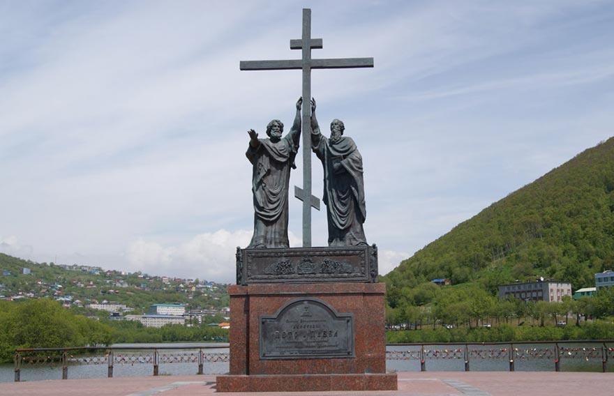 Памятник святому Петру и Павлу в Петропавловске-Камчатском - туры и экскурсии на Камчатке