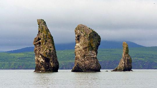 Скалы Три брата на Камчатке - туры и экскурсии по Камчатке